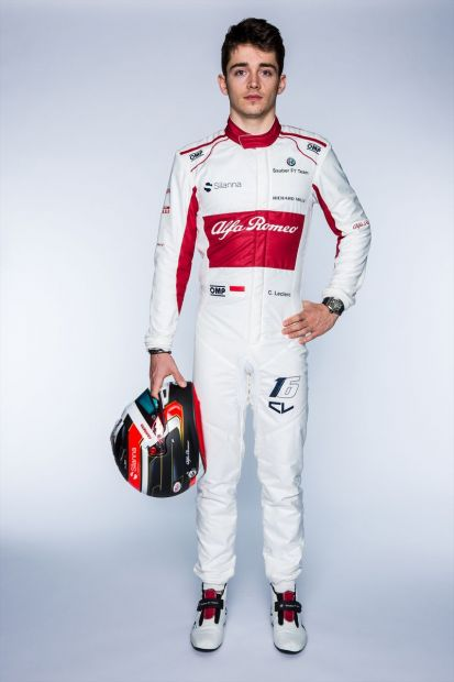 180220_Alfa_Romeo_Sauber_LEC_Full-body_Frontal_with-Helmet_1arm-up_autograph
